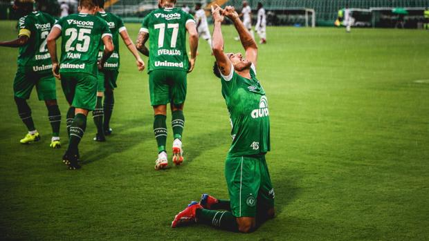 Alan Ruschel celebra un gol con el Chapecoense