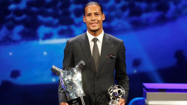 Van Dijk, con los premios a mejor jugador y mejor defensa