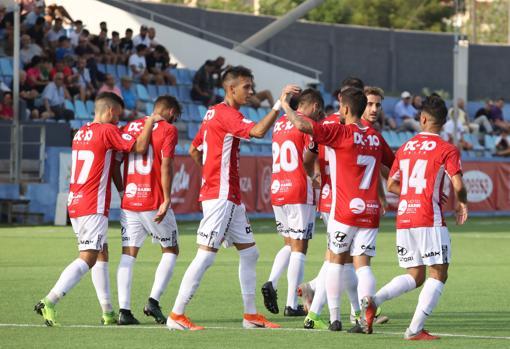 Los jugadores del CD Ibiza celebran un gol