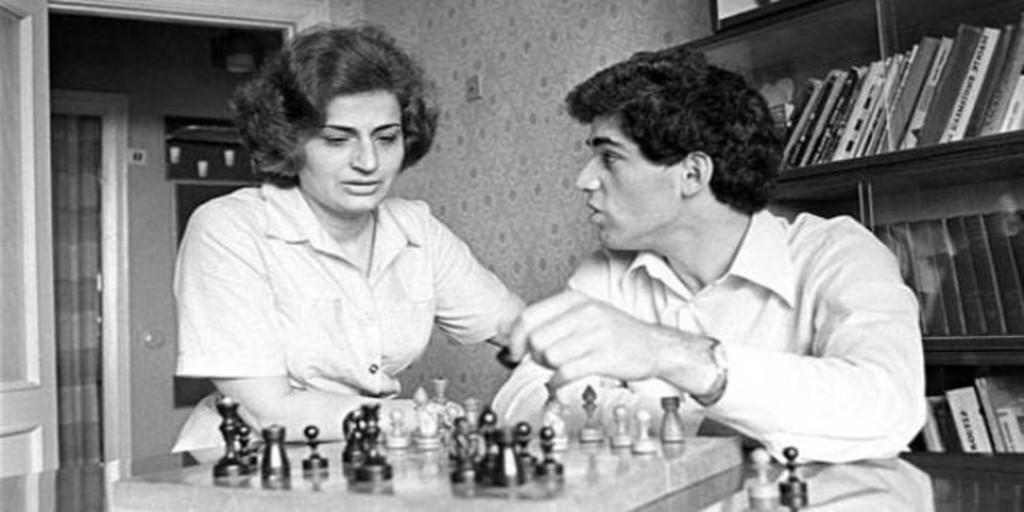 Muere la madre de Kaspárov, la mujer que forjó al campeón