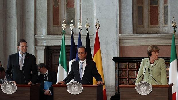 El presidente de Gobierno, Mariano Rajoy, junto a su homólogo francés, François Hollande, y la canciller Angela Merkel