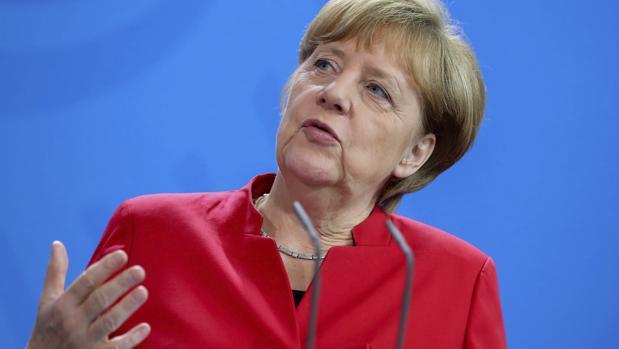 La canciller alemana, Angela Merkel (c), habla en una rueda de prensa