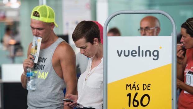 Viajeros afectados por los incidentes de Vueling en El Prat