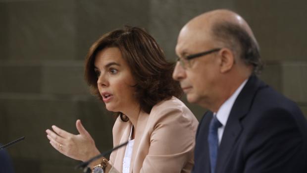 El ministro de Hacienda, Cristobal Montoro, junto a la vicepresidenta del Gobierno, Soraya Sáenz de Santamaría