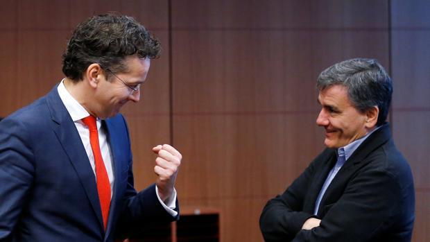 El presidente del Eurogrupo, Jeroem Dijsselbloem, habla con el ministro griego de Finanzas Euclid Tsakalotos