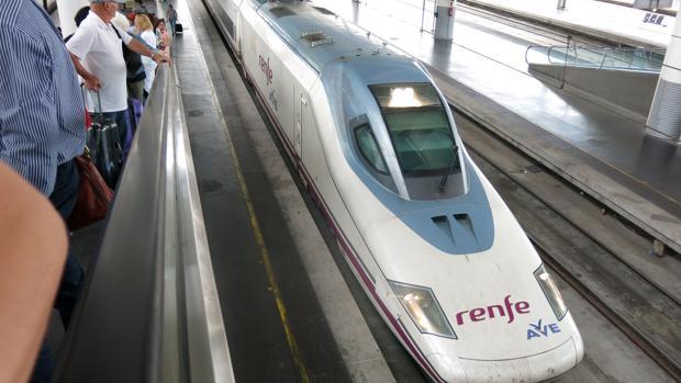 Tren de alta velocidad en la estación de Atocha (Madrid)