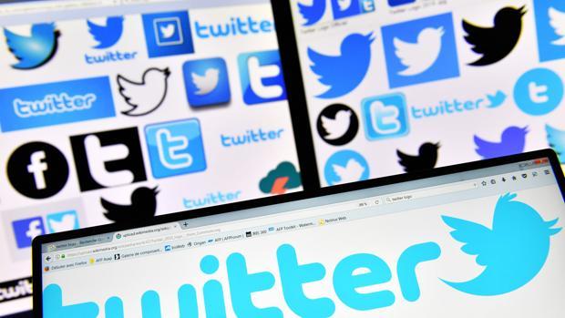 Fotografía de archivo que muestra el logo de Twitter en las pantallas de varios ordenadores