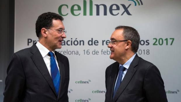 El nuevo presidente y consejero delegado de la Cellnex, Tobías Martínez (d), habla con el nuevo Consejero Delegado Adjunto, Luis Deulofeu (i), durante el acto de presentación de los resultados económicos del ejercicio 2017 de la compañía