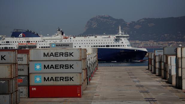Contenedores aparcados en el puerto de Algeciras