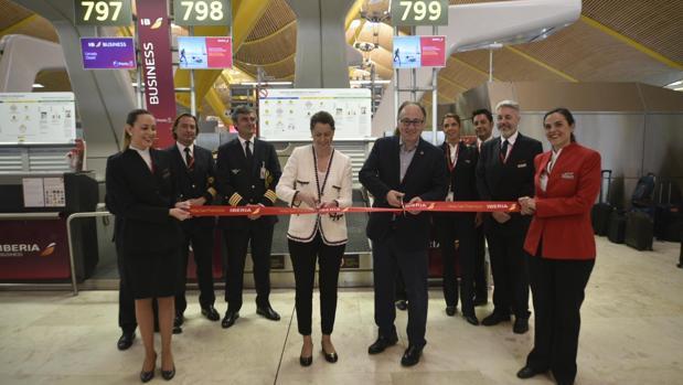 El presidente ejecutivo de Iberia, Luis Gallego, y la directora del Aeropuerto de Barajas, Elena Mayoral