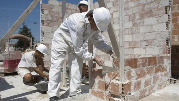 La reactivación de la vivienda ha hecho que los albañiles sean, de nuevo, perfiles deseados por las empresas