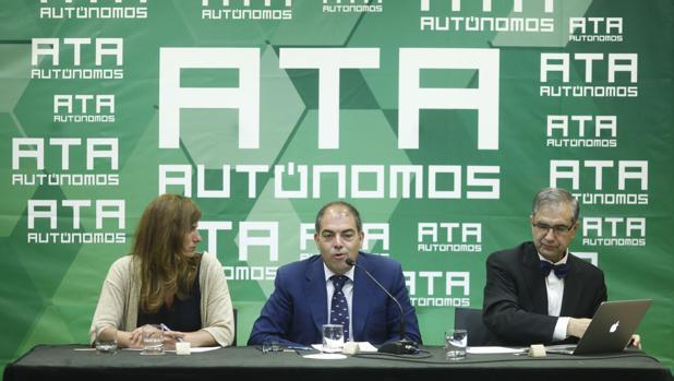 Lorenzo Amor (centro del a imagen), presidente de ATA