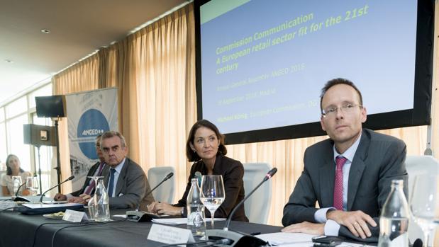 La ministra de Industria, Comercio y Turismo, Reyes Maroto, junto con el presidente de Anged y el director adjunto de comercio minorista de la Comisión Europea