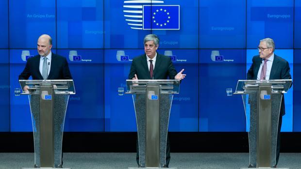 (De izda a dcha) El comisario europeo de Asuntos Económicos y Financieros, Pierre Moscovici; el presidente del Eurogrupo, el portugués Mario Centeno; y el director gerente del Mecanismo Europeo de Estabilidad (MEDE), Klaus Regling,