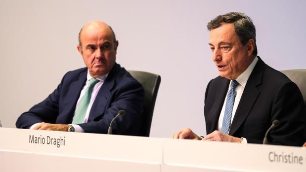 El presidente del BCE, Mario Draghi (dcha), junto al vicepresidente de la institución, Luis de Guindos (izda)