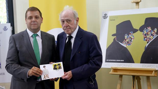 El pintor Eduardo Arroyo (dcha) junto al presidente de Correos, Juan Manuel Serrano