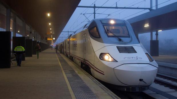 Imagen del denominado «tren madrugador» implantado el pasado mes de mayo entre Zamora y Madrid, que circula por la línea del AVE y realiza paradas intermedias en Segovia y Medina del Campo (Valladolid)