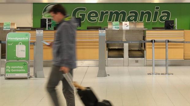 Un pasajero pasa ante un mostrador cerrado de la aerolínea Germania en Gleven (Alemania)