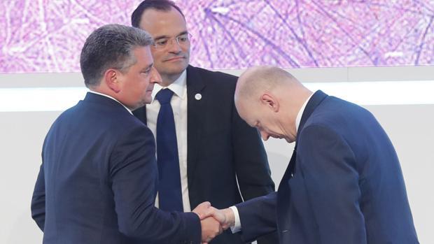 El presidente de Siemens Gamesa, Miguel Ángel López, a la izquierda, recibe la felicitación de un accionista en presencia del consejero delegado, el alemán Markus Tacke