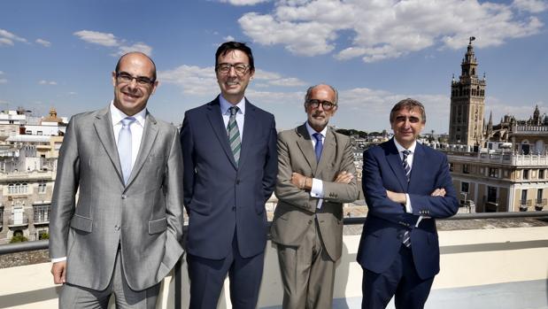 Jorge Badía, nuevo CEO de Cuatrecasas (segundo por la izda) y el presidente del bufete, Rafael Fontana (segundo por la dcha)