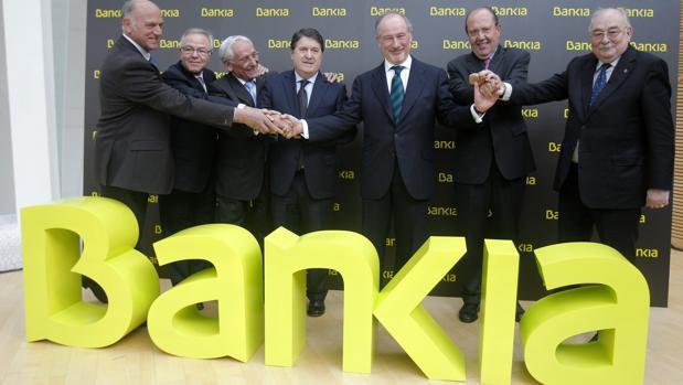 Los expresidentes de las siete cajas fusionadas en Bankia, entre ellos José Luis Olivas y Rodrigo Rato, en 2010 al anunciar la integración