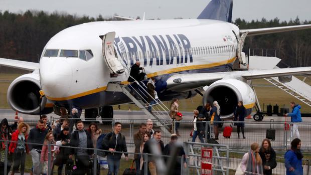 Pasajeros desembarcan de un avión de Ryanair en Varsovia, Polonia