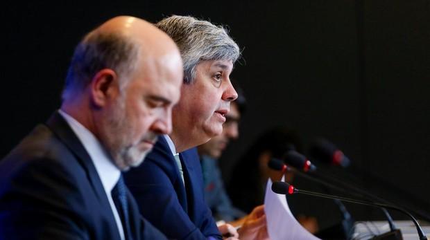 El ministro de Finanzas de Portugal, Mário Centeno (centro) junto al comisario europeo de Ausntos Económicos, Pierre Moscovici (izda)