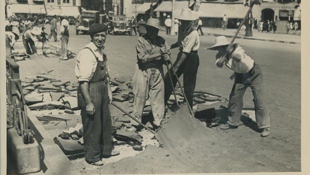 Obreros trabajando en la reforma de la Puerta del Sol, en Madrid, en julio de 1950