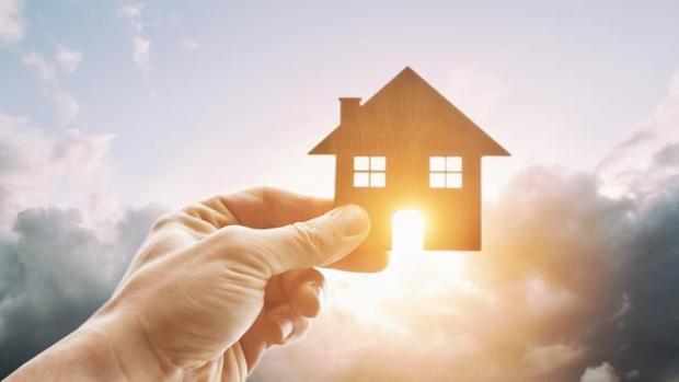 Cerrar las persianas, optar por viviendas aisladas o usar ventiladores ayudan a ahorrar en verano