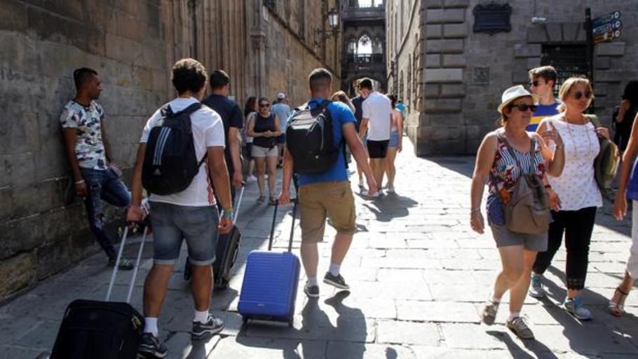 El turismo nacional compensa en julio la caída de las estancias extranjeros en hoteles y otras cuatro noticias