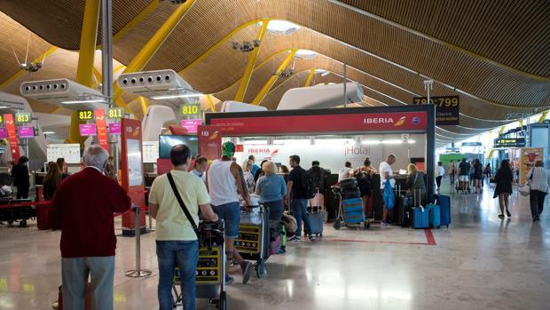 Colas en los mostradores de Iberia en el aeropuerto de Barajas, este viernes, durante la primera jornada de huelga del personal de tierra