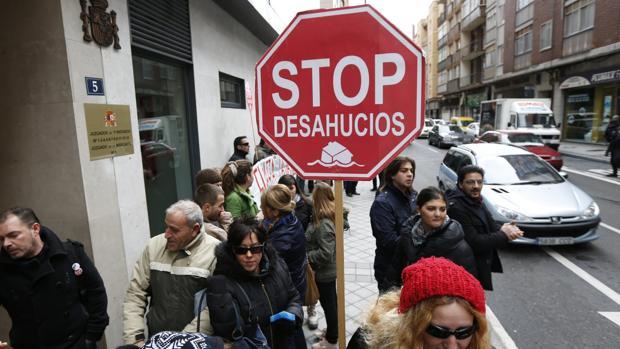 Una concentración para frenar desahucios en Valladolid, en 2013