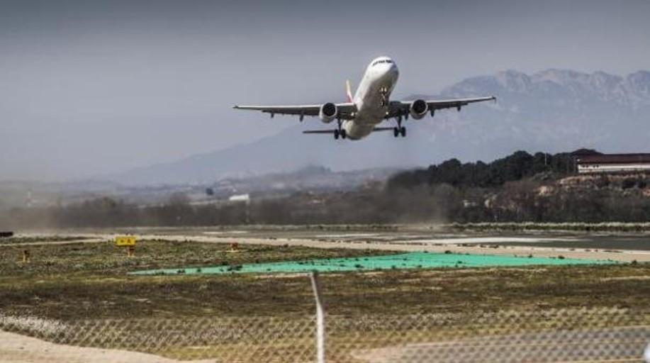 Los billetes de avión se encarecerán un 2% hasta octubre, según un informe