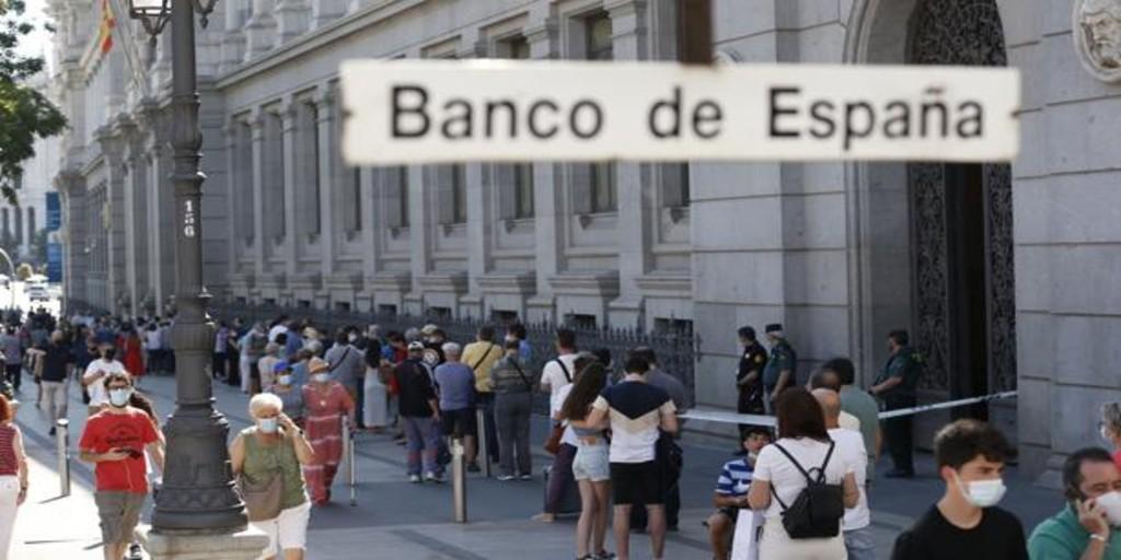 Largas colas en el Banco de España en el último día para cambiar pesetas a euros