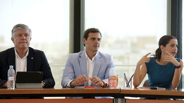 Albert Rivera durante la rueda de prensa junto a Matías Alonso e Inés Arrimadas