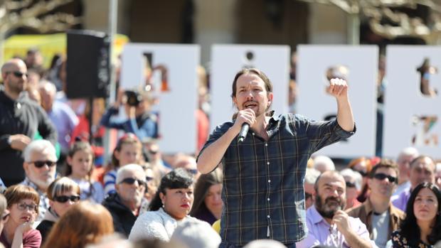 El secretario general de Podemos, Pablo Iglesias, participa en un encuentro con la militancia en Pamplona