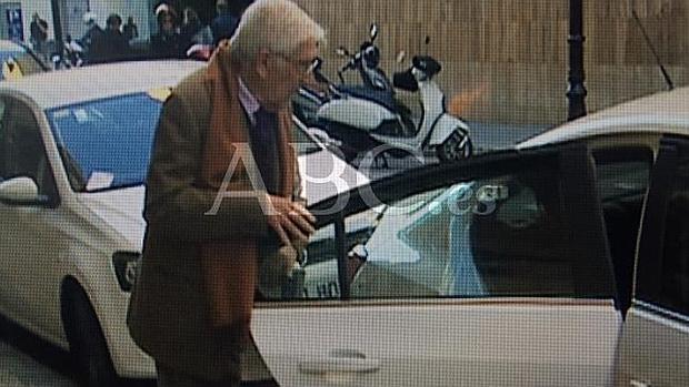 Daniel Osàcar entra hoy en un vehículo de la Guardia Civil