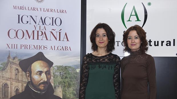 María y Laura Lara posan con la portada de su ensayo