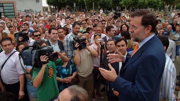 Rajoy durante su mitin improvisado en Benavente, en julio de 2006, con Martínez-Maíllo en primera fila