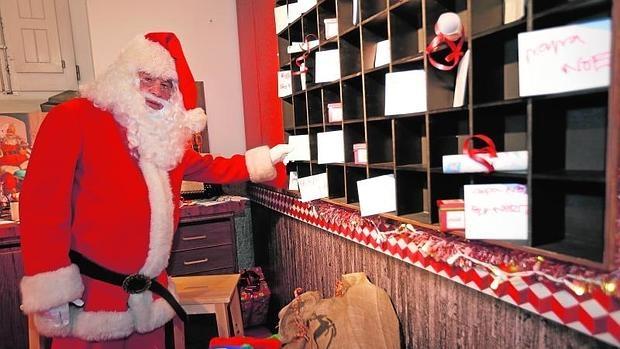 Papá Noel, ayer, en la oficina de la Real Casa de Postas donde se clasifican las cartas de los niños