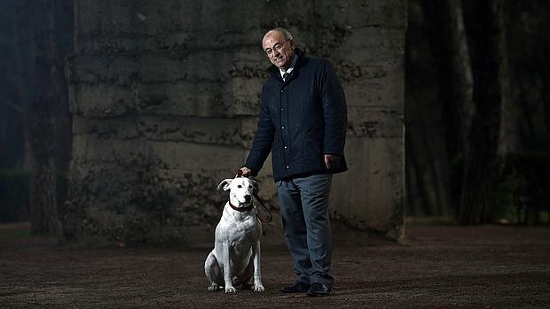 En la imagen, Pedro Corral junto a su perro en el Parque del Oeste, que se configuró en los años de la guerra en una de las líneas de frente que separó las dos Españas. Al fondo, un fortín de hormigón de los soldados