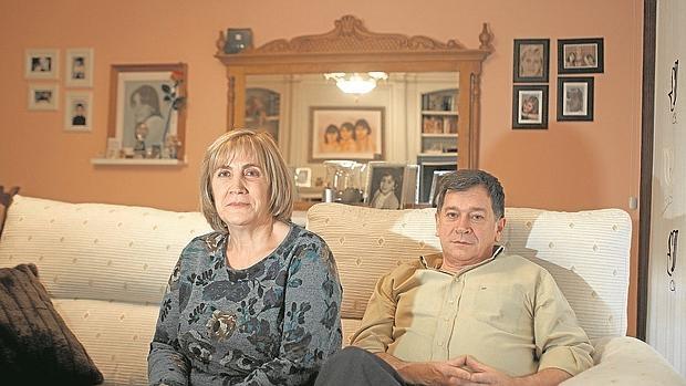 Olga Puig y Manuel Blanco, los padres de Eva Blanco, en el salón donde cuelga el retrato de su hija
