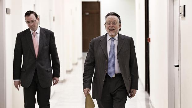 Imagen de Alfonso Grau, a la derecha, el día de su dimisión como concejal, en marzo de 2015