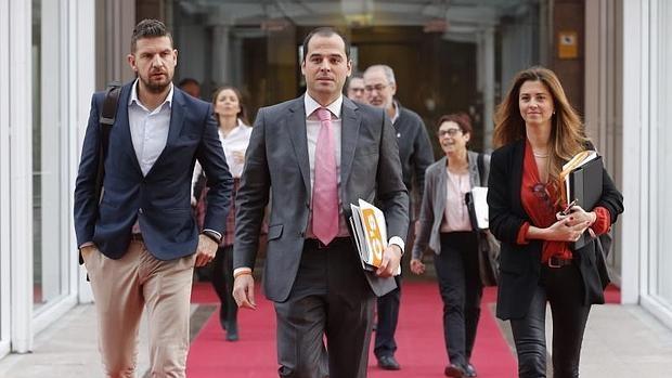 Ignacio Aguado entrando en la Asamblea de Madrid