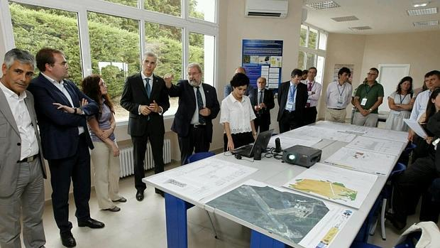 El conselleiro de Industria, Francisco Conde, en una visita a las instalaciones del aeródromo de Rozas