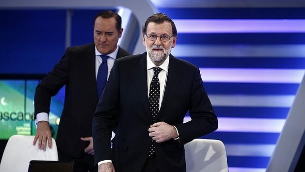 El presidente del Gobierno en funciones, Mariano Rajoy, al llegar a la entrevista en «13TV»