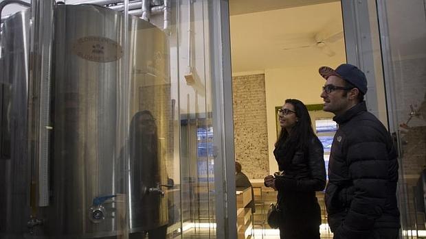 Uno de los tanques donde se produce la cerveza artesanal Malasaña y Valverde, en la Fábrica Maravillas