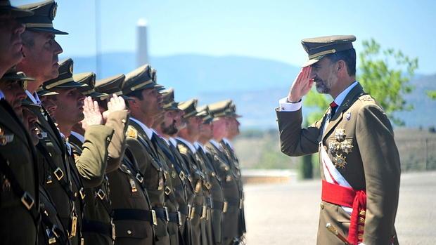 El Rey en la entrega de despachos a la XL promoción de suboficiales del Ejército de Tierra en la Academia de Talarn