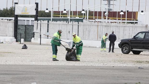 Operarios de la limpieza han recogido este viernes la basura generada por el macrobotellón