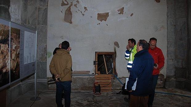 Técnicos analizan las humedades aparecidas en las paredes de la catedral